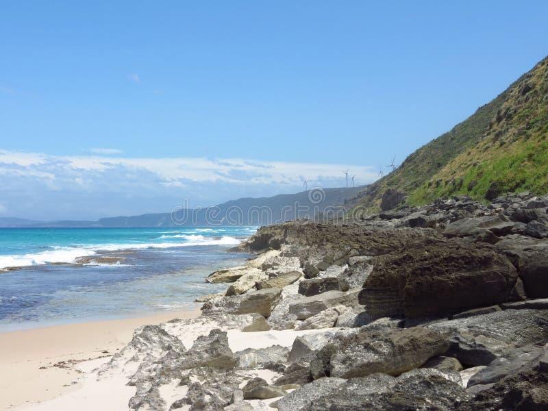 在阿尔巴尼风力场旁边的蓝色海洋 库存图片