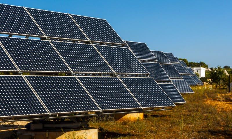 在阿尔贝罗贝洛trulli的风景的太阳电池板  免版税库存图片