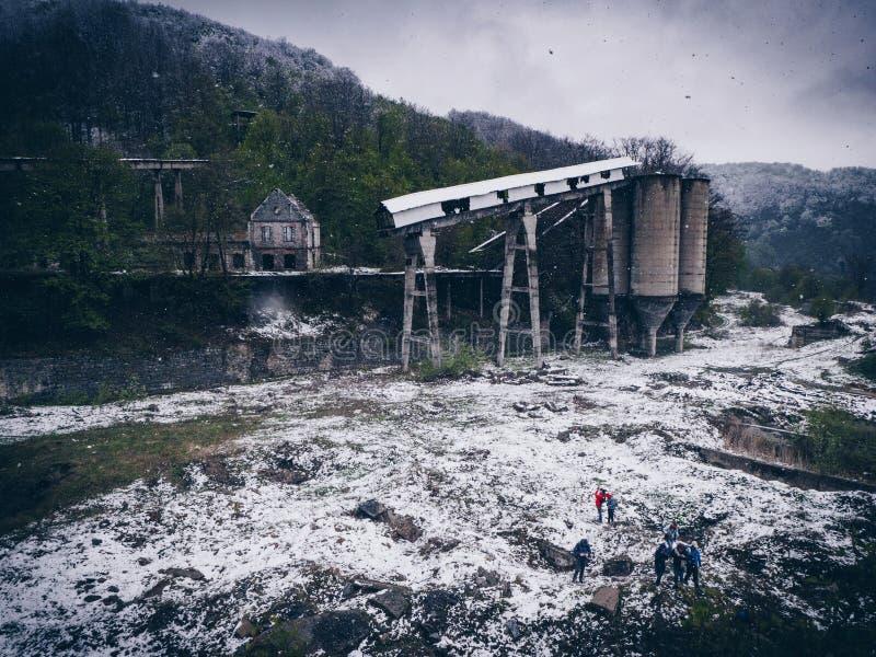 在阿尼纳,罗马尼亚张贴工业被放弃的开采的设施 免版税库存图片