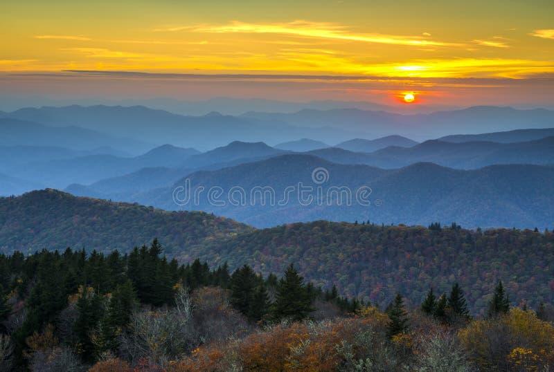 在阿巴拉契亚山脉的蓝色里奇大路秋天日落 库存图片