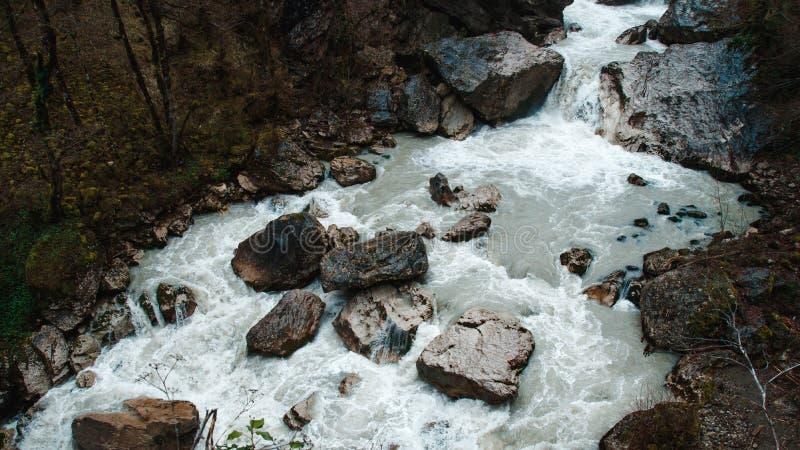 在阿布哈兹有峭壁陡岩山的瀑布  免版税库存图片