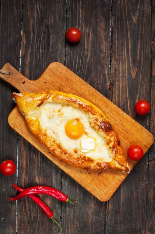 在阿扎尔的Hachapuri 美丽的开放饼khachapuri用鸡蛋 免版税库存照片