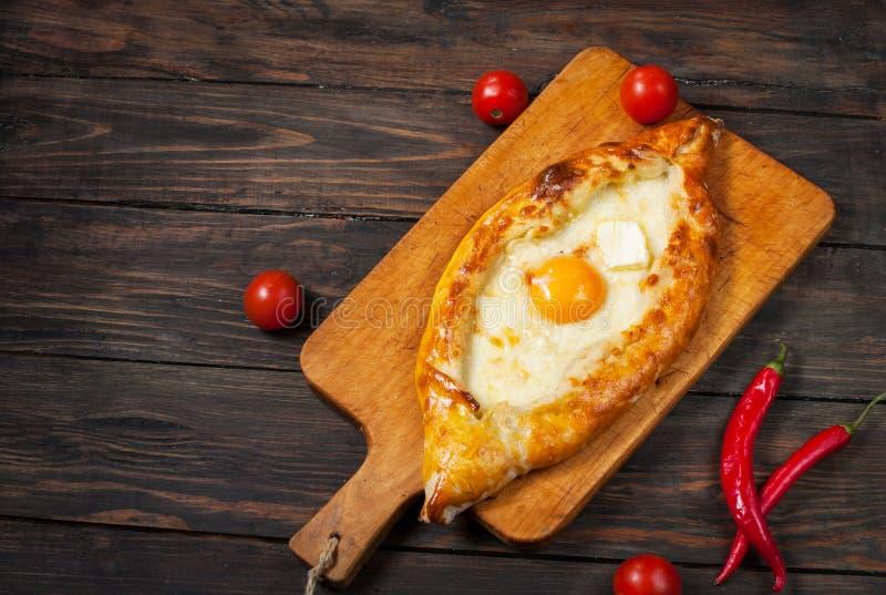 在阿扎尔的Hachapuri 美丽的开放饼khachapuri用鸡蛋 库存图片