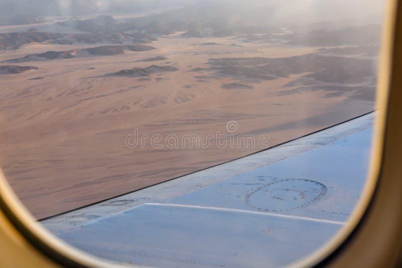 在阿拉伯沙漠和红海山的鸟瞰图从飞机窗口 免版税库存图片