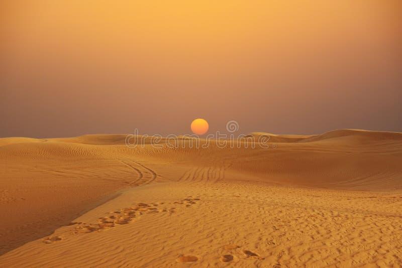 在阿拉伯沙漠的风景日落有沙丘、原野沙漠风景或者全景的 库存照片