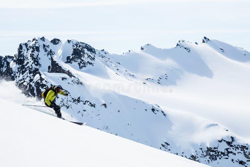 在阿拉斯加的遥远的峰顶的中滑雪者 在Talkeetna山的Backcountry滑雪 库存图片