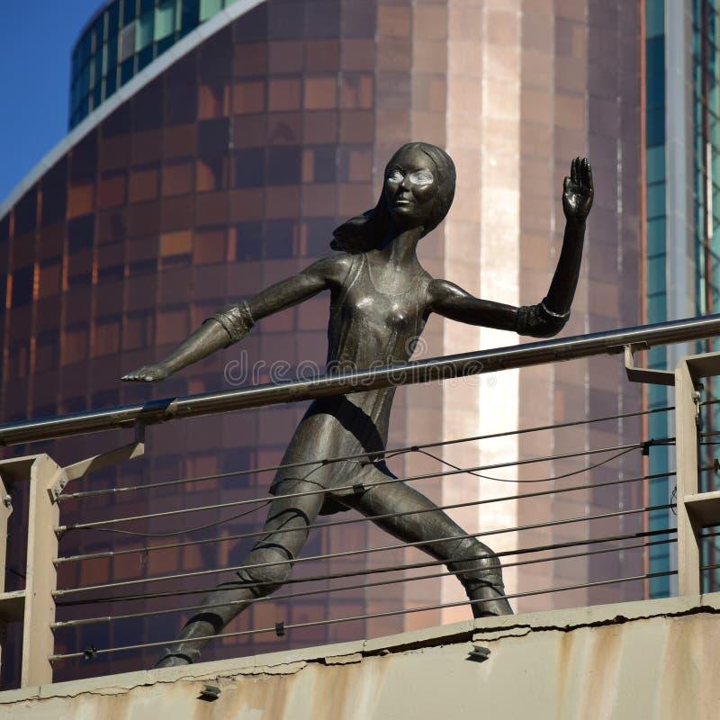 在阿斯塔纳金属化以一个滑冰的女孩为特色的雕塑, 免版税库存照片