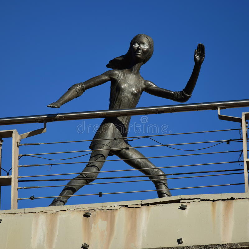 在阿斯塔纳金属化以一个滑冰的女孩为特色的雕塑, 库存照片