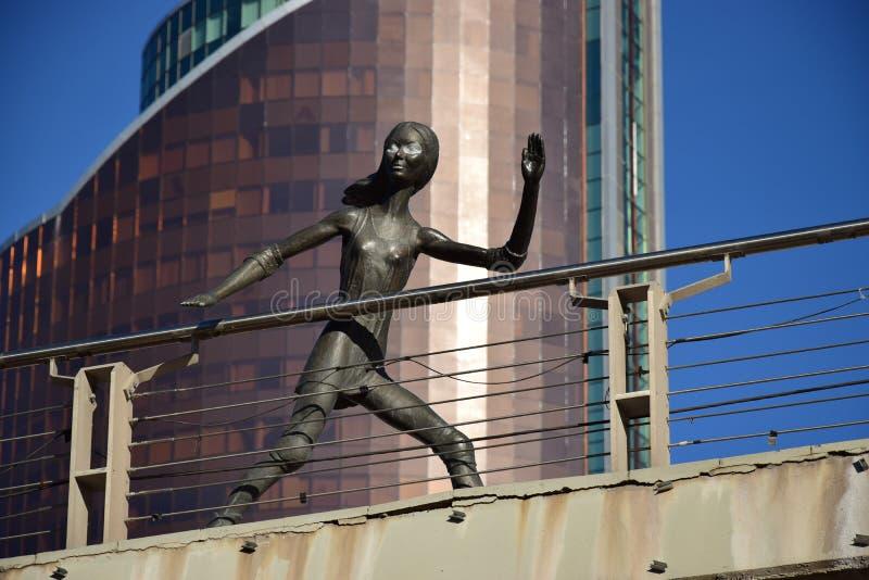 在阿斯塔纳金属化以一个滑冰的女孩为特色的雕塑, 免版税库存图片
