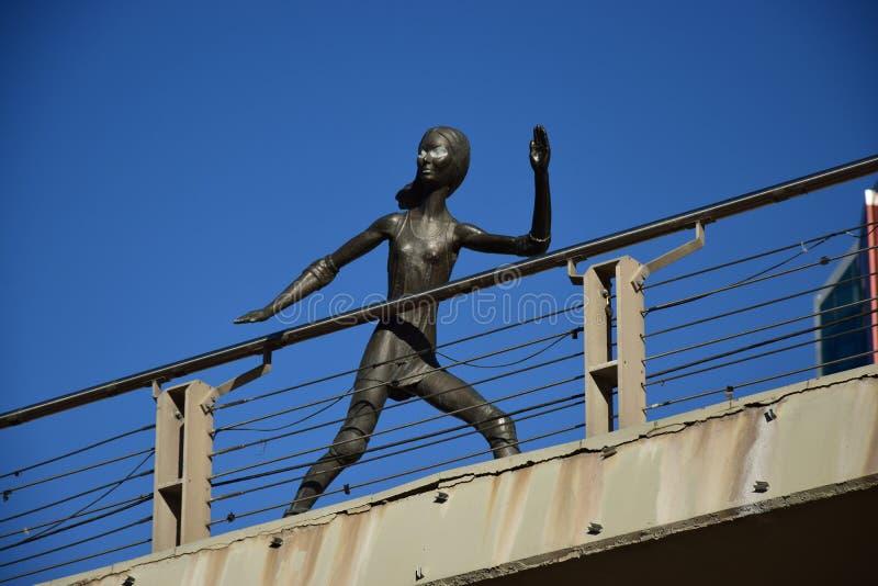 在阿斯塔纳金属化以一个滑冰的女孩为特色的雕塑, 库存图片