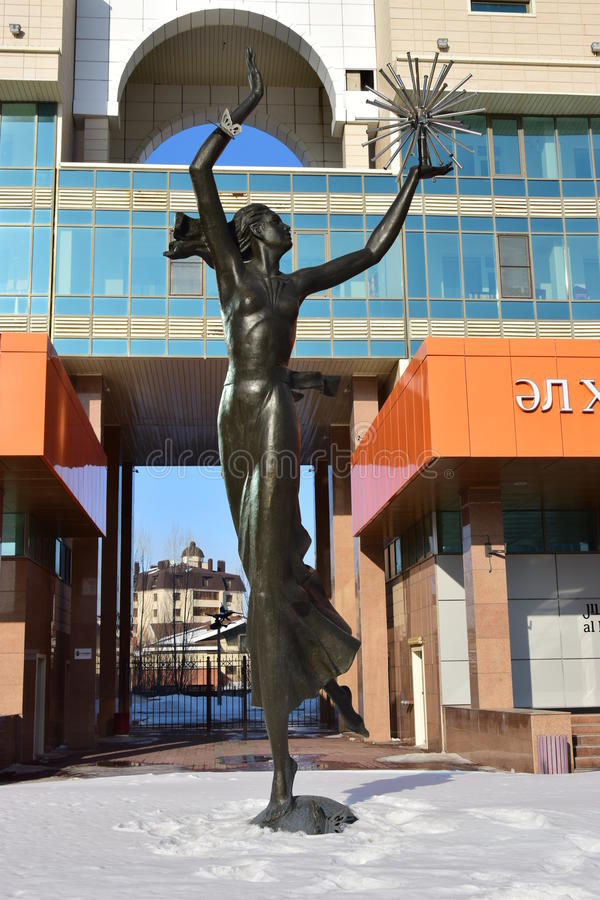 在阿斯塔纳金属化以舞女为特色的雕塑 库存图片