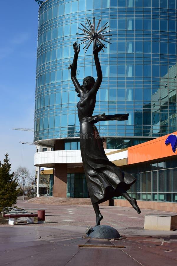 在阿斯塔纳金属化以舞女为特色的雕塑 免版税库存照片