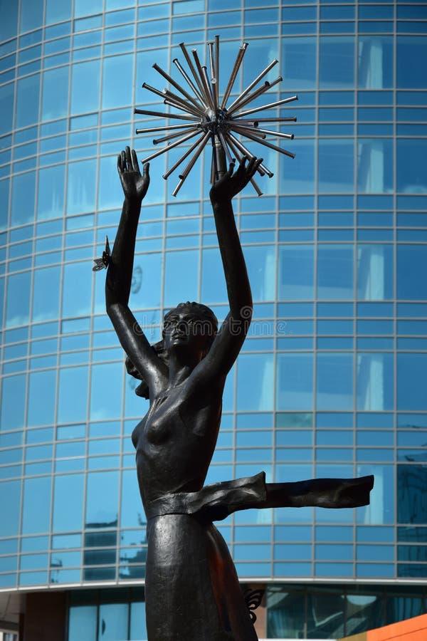 在阿斯塔纳金属化以舞女为特色的雕塑 免版税库存图片
