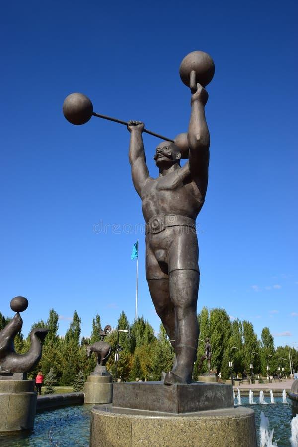 在阿斯塔纳金属化以马戏的雕塑一个大力士为特色 免版税库存图片