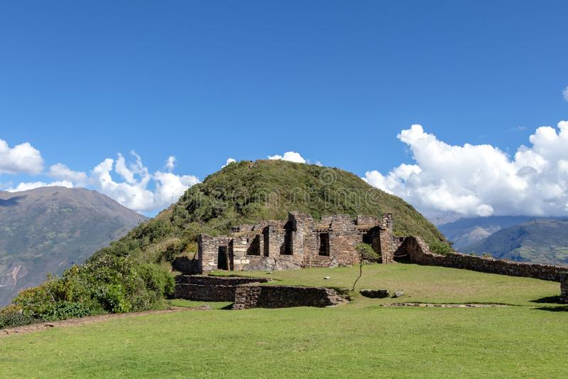 在阿普里马克河峡谷和休息上耸立在被铺平的小山上面的Choquequirao古老考古学复合体 库存图片