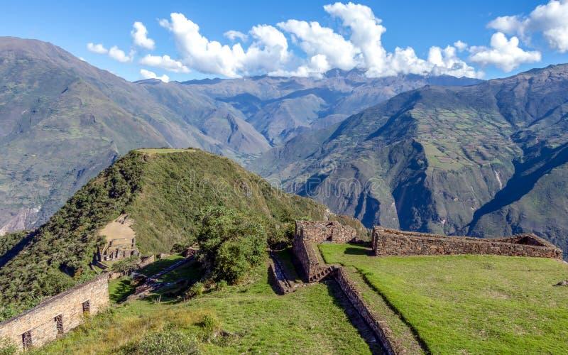 在阿普里马克河峡谷和休息上耸立在被铺平的小山上面的Choquequirao古老考古学复合体 库存照片