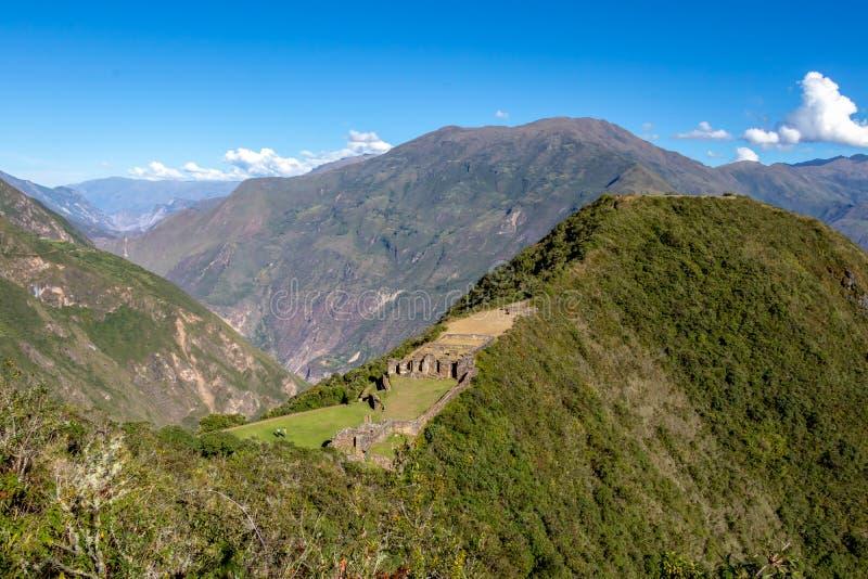 在阿普里马克河峡谷和休息上耸立在被铺平的小山上面的Choquequirao古老考古学复合体 免版税库存照片