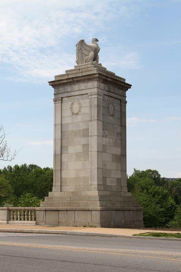 在阿灵顿国家公墓入口的雕塑  免版税库存图片