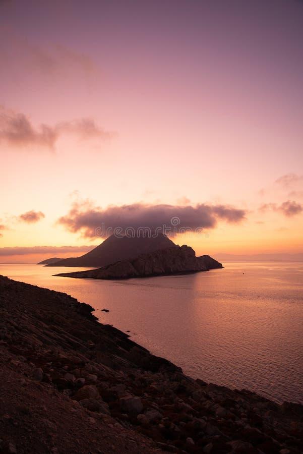在阿莫尔戈斯小岛、希腊的Cyclades上看到的日落 免版税库存照片