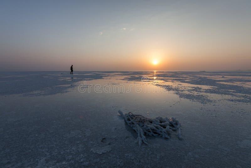 在阿萨勒湖的日出, Danakil沙漠,在远处三角,埃塞俄比亚 库存图片