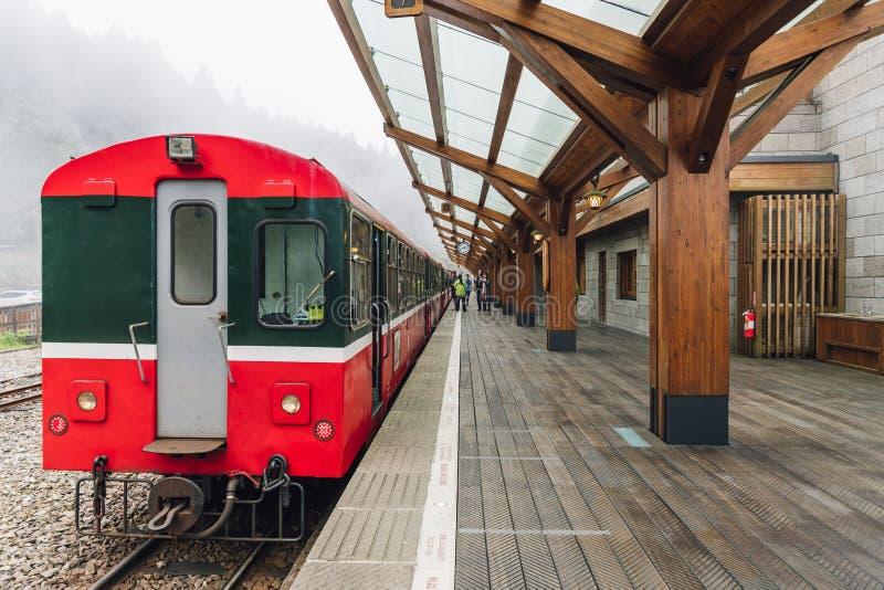 在阿里山森林铁路中止的红色火车在昭平火车站平台在阿里山,台湾 免版税图库摄影
