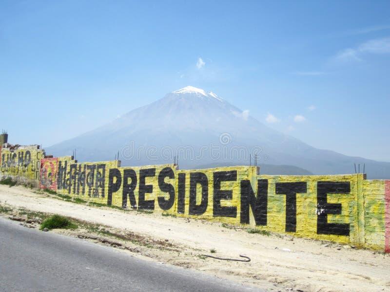 在阿雷基帕,有街道画的秘鲁附近的Misti山 库存图片