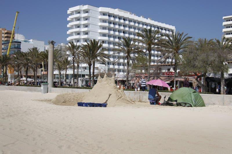 在阿雷纳尔海滩的沙子castel 免版税图库摄影