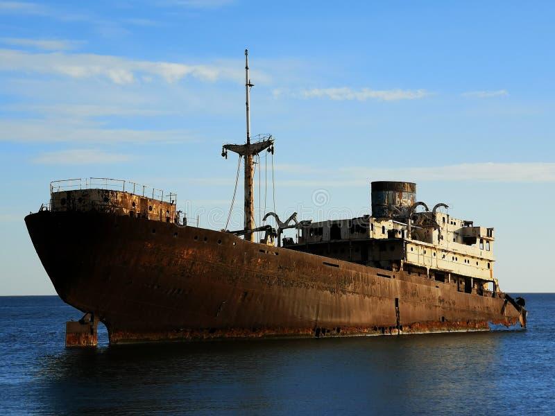 在阿雷西费海岸的被放弃的小船  库存照片