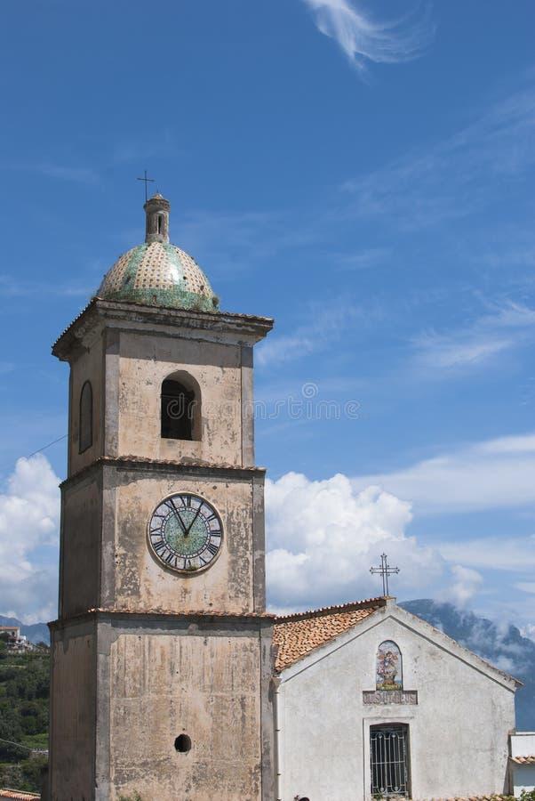 在阿马飞村庄附近的钟楼教会 免版税库存照片