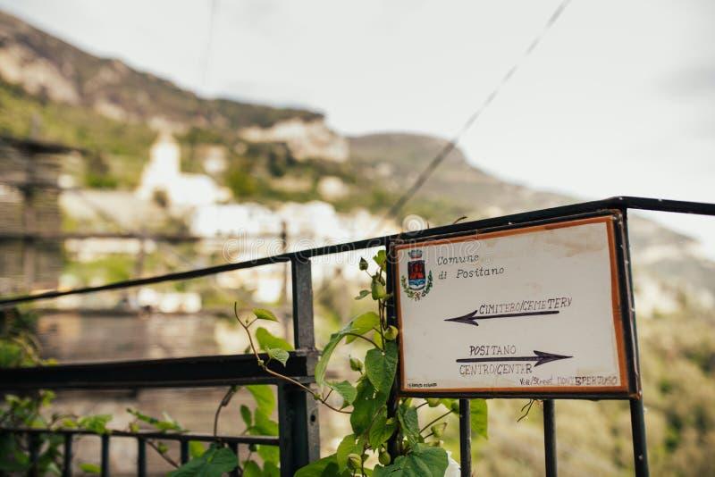 在阿马飞coastShowing的方向的波西塔诺徒步游览的镇和道路方向标在波西塔诺附近  假期 免版税库存照片