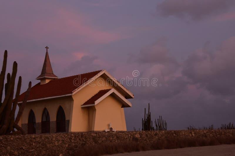 在阿鲁巴海岛上的维斯塔山教堂日出的 库存照片