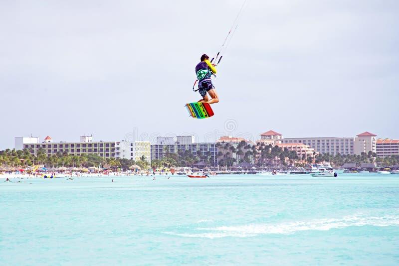 在阿鲁巴海岛上的风筝冲浪者在加勒比 免版税库存照片