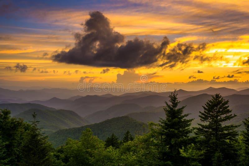 在阿巴拉契亚山脉的日落从Caney叉子俯视 免版税库存图片