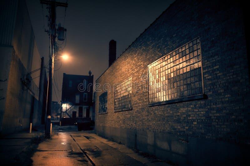 在附近的黑暗的城市胡同 免版税库存照片
