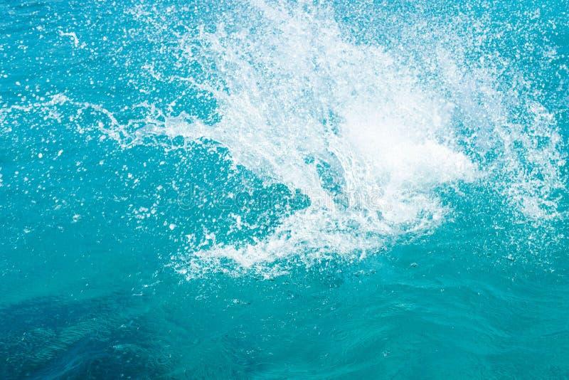在陆间海的水飞溅,塞浦路斯,蓝色盐水湖 库存图片