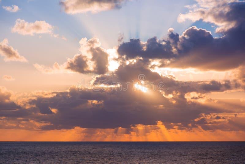 在陆间海的美好的五颜六色的日落 免版税图库摄影