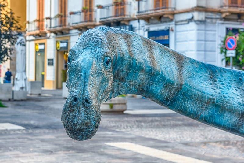 在陈列以为特色的恐龙举行在科森扎,意大利 库存照片