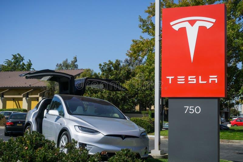 在陈列室前面和汽车被显示的特斯拉商标位于旧金山湾区 免版税库存照片
