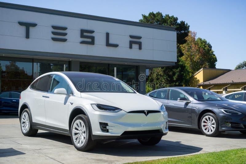 在陈列室前面被显示的特斯拉汽车位于旧金山湾区 库存照片