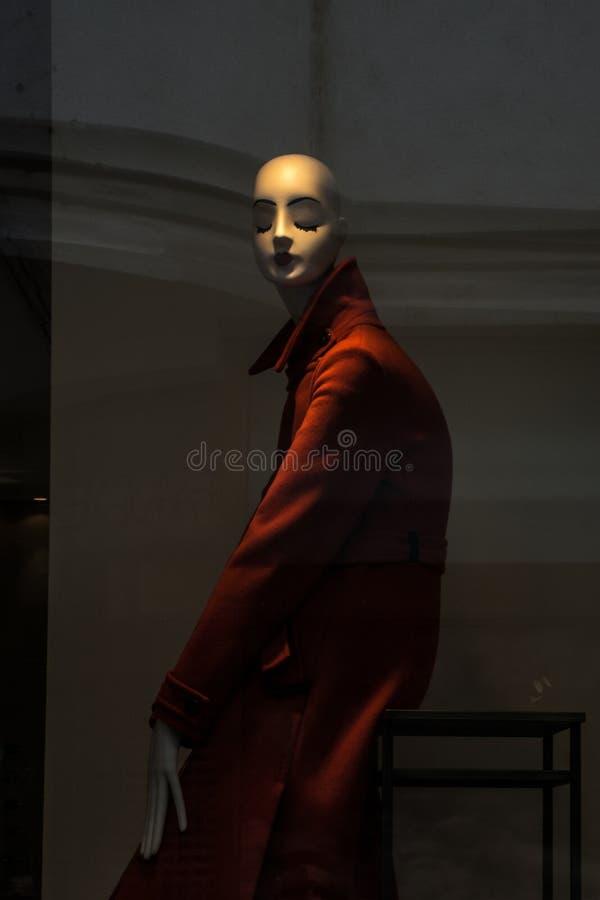 在陈列的红色穿戴的典雅的时装模特钝汉 免版税库存照片