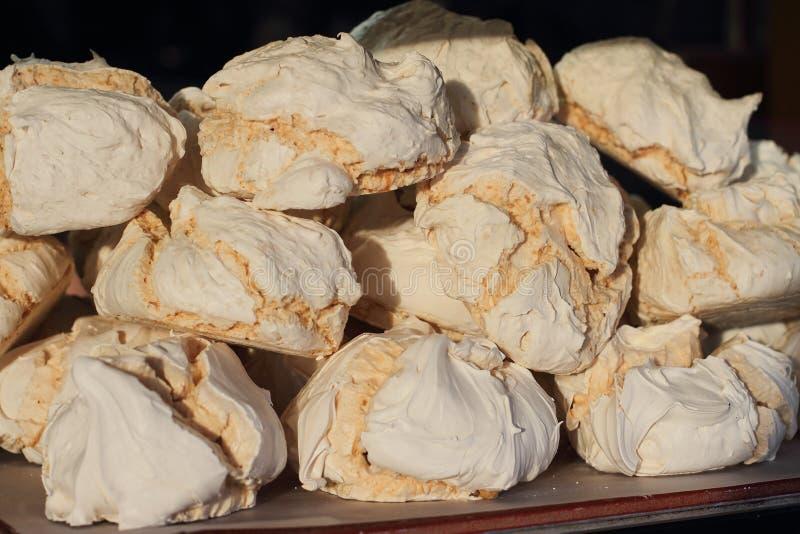 在陈列窗,街道食物的大鲜美甜蛋白甜饼 免版税库存图片