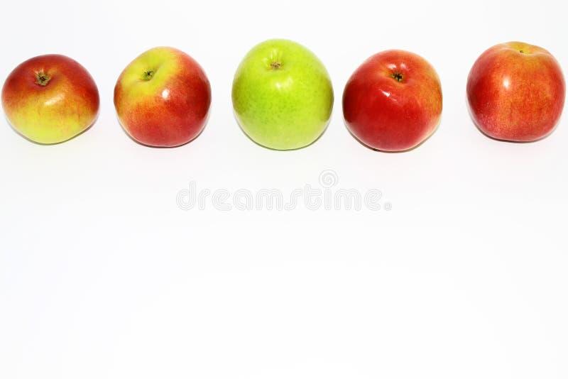 在陌生人中 与红色的绿色苹果计算机 免版税库存图片