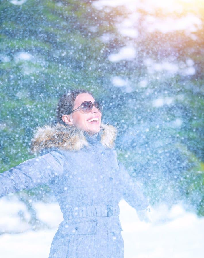 在降雪下的激动的女性 库存照片