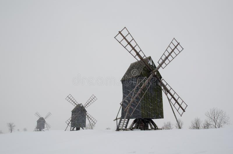 在降雪的风车 免版税库存照片