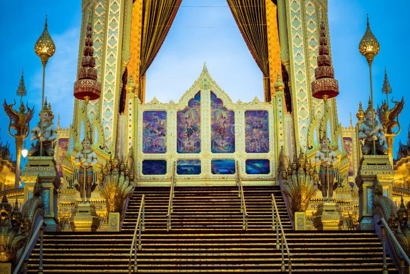 在陛下国王普密蓬・阿杜德,萨娜姆Luang,曼谷, November7,2017的泰国皇家火葬仪式的陈列:火 库存照片