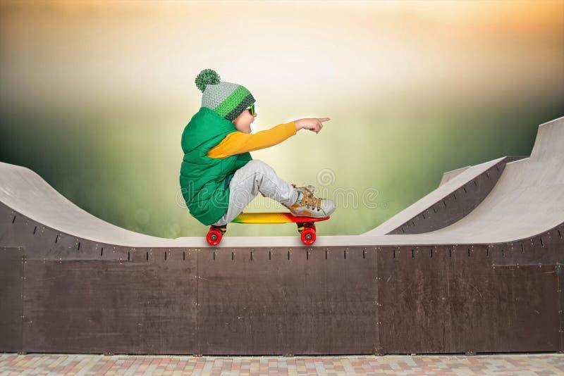 在陡峭的跃迁的小男孩溜冰板运动 极其体育运动 库存图片