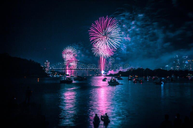 在除夕烟花期间的悉尼港桥 免版税库存照片