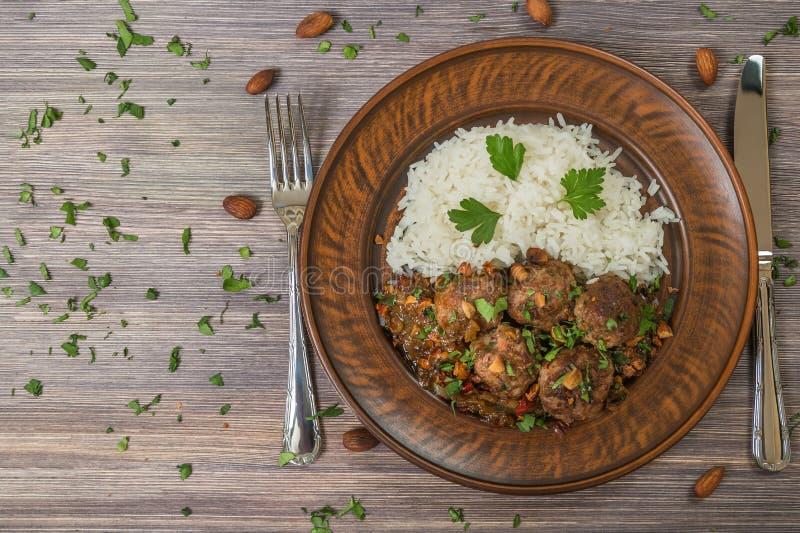 在陶器的传统意大利丸子Polpette与米一道配菜  顶视图 拷贝空间 免版税库存照片