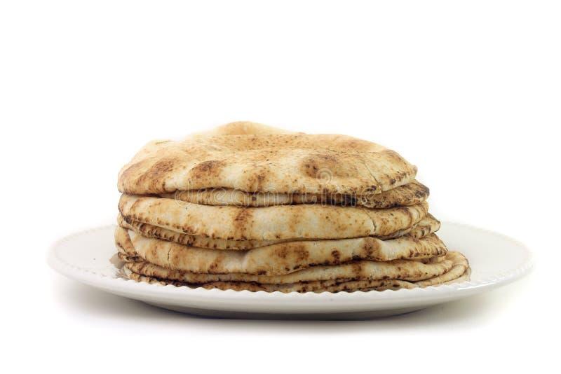 在陶器的白色背景隔绝的皮塔饼面包 阿拉伯烹调传统食物  库存图片