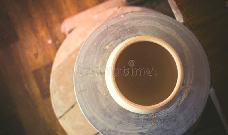 在陶瓷工` s轮子顶部的泥罐 库存图片